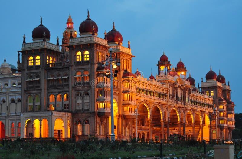 Il palazzo di Mysore in India si è illuminato alla notte immagine stock