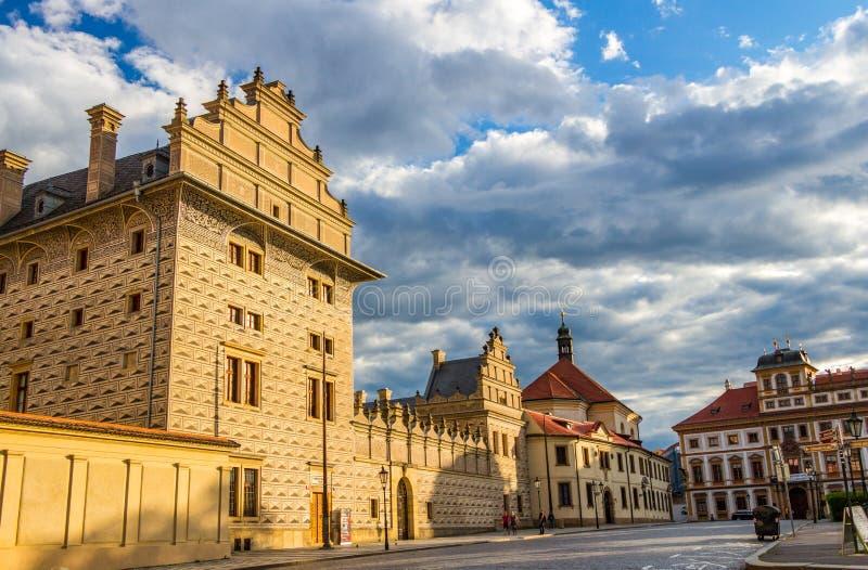 Il palazzo di Schwarzenberg al quadrato del castello vicino al castello di Praga - è una delle costruzioni di rinascita più impon fotografia stock libera da diritti