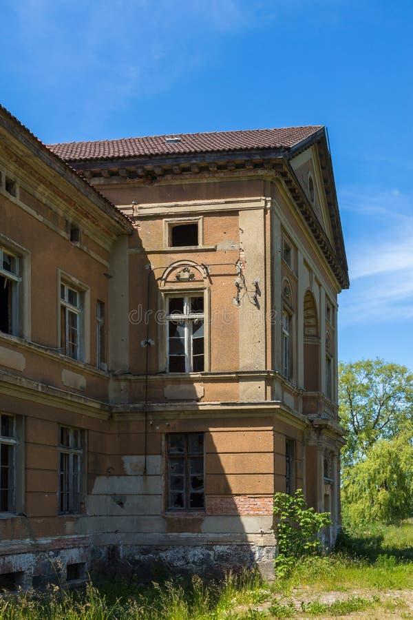Il palazzo neoclassico in Zdrzewno Attualmente abbandonato e devastante immagine stock