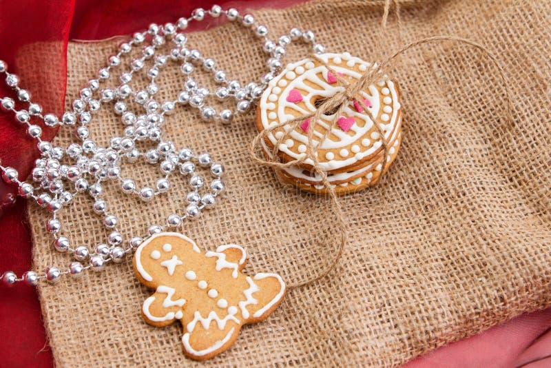 Il pan di zenzero con decorazione natalizia immagine stock
