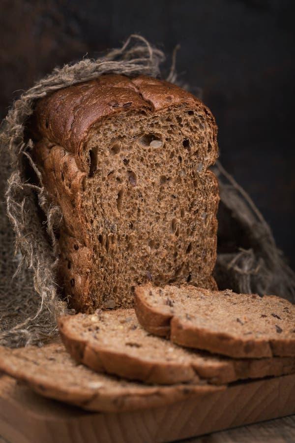 Il pane è cereale con l'aggiunta di lino, sesamo fotografia stock