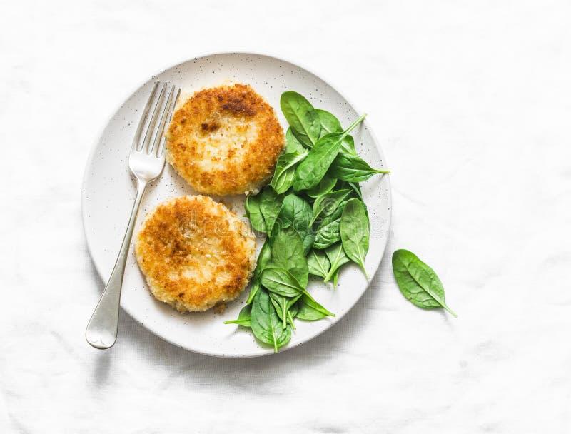Il pane della patata sbriciola i dolci al forno con spinaci su un fondo leggero, vista superiore immagini stock