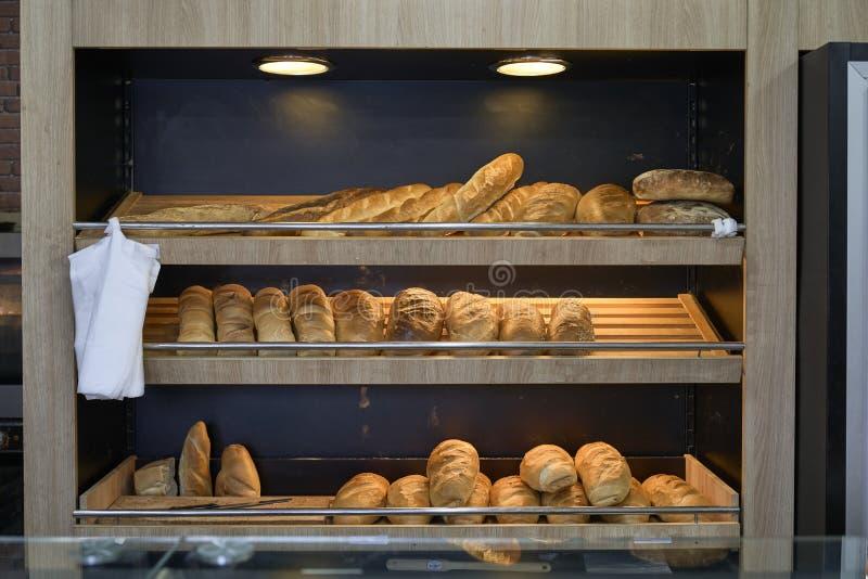 Il pane esposto in una panetteria fotografie stock