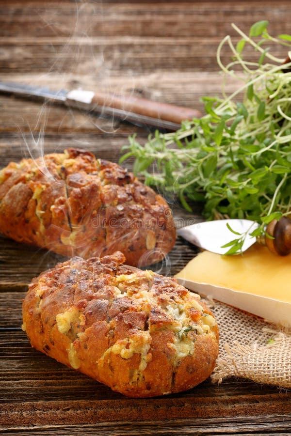 Il pane fresco casalingo ha farcito il formaggio e l'aglio con le erbe immagine stock libera da diritti