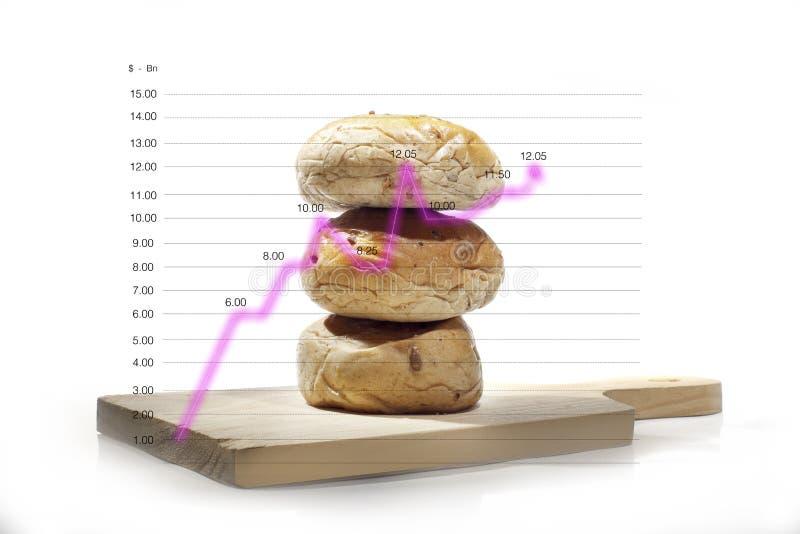 Il pane integrale è impilato sui bordi di legno, isolati su grafici lineari di vendite immagini stock