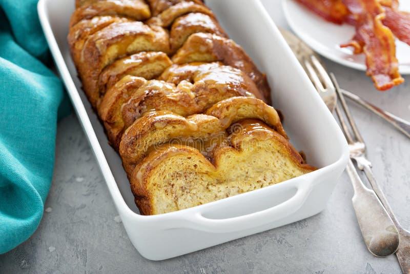 Il pane inzuppato in latte/uova e zucchero e fritto in padella cuoce in un piatto bianco fotografie stock libere da diritti