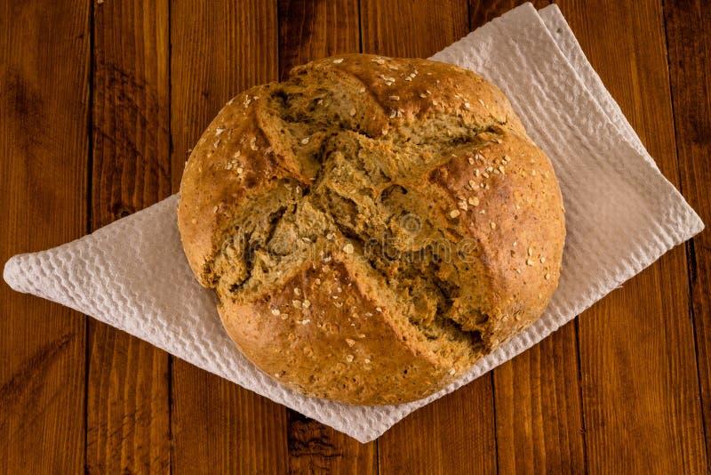 Il pane irlandese tradizionale della soda fatto per il giorno del ` s di St Patrick è servito sulla Tabella di legno immagini stock