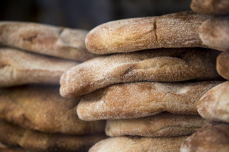 Il pane marocchino caldo e al forno Khobz si raffredda di recente nella finestra del forno immagine stock libera da diritti
