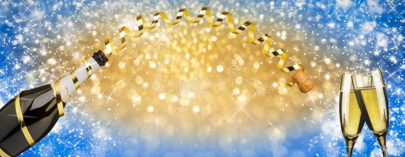 Il pane tostato del nuovo anno scanala nel champagne, nastro dorato ed i fuochi d'artificio scintillano fondo fotografia stock libera da diritti