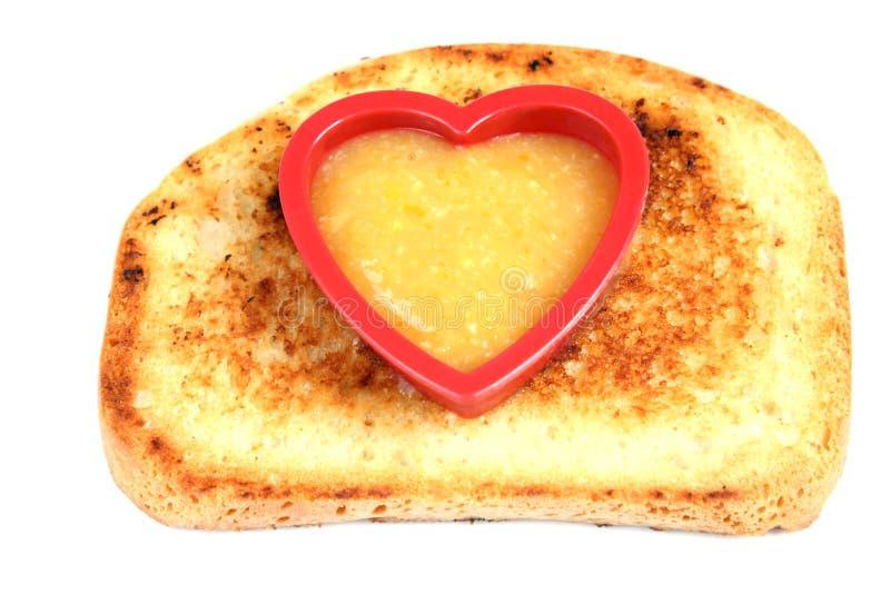 Il pane tostato isolato con la forma di forma del cuore ha riempito di inceppamento fotografie stock libere da diritti