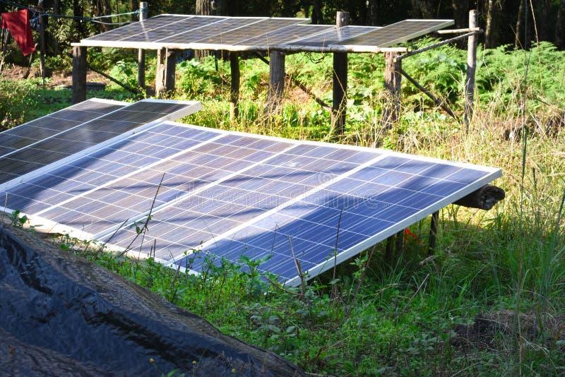 Il pannello a celle solari è utilizzato per uso corrente elettrico dei prodotti in casa in campagna immagine stock