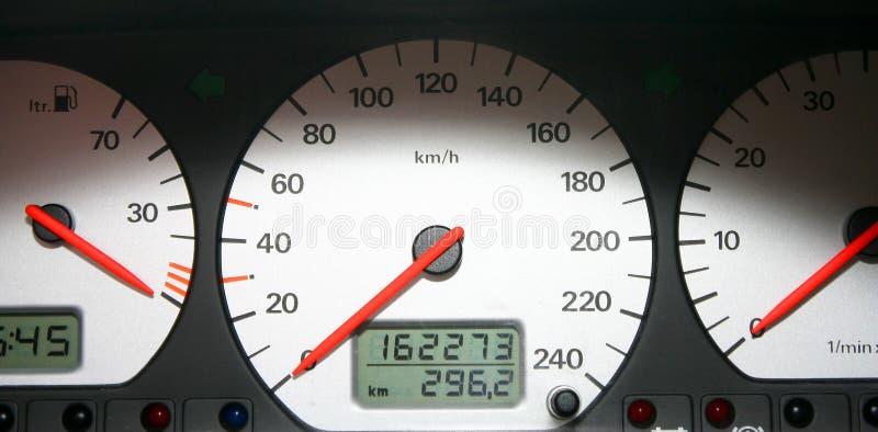 Il pannello di controllo dell'automobile - quadranti di colore bianco con fotografia stock libera da diritti