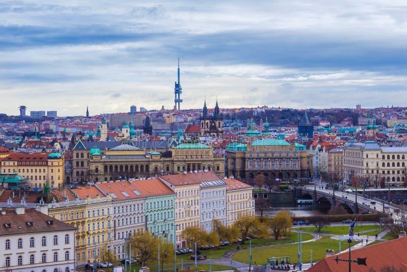 Il panorama aereo dei tetti alla vecchia città Praga, repubblica Ceca fotografia stock