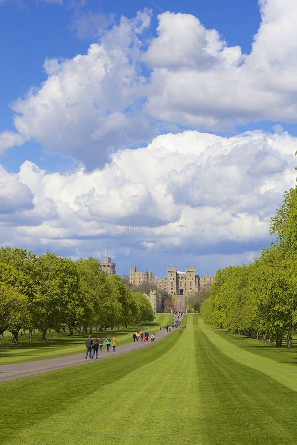 Il panorama del castello di Windsor e le grande parcheggiano, l'Inghilterra fotografie stock