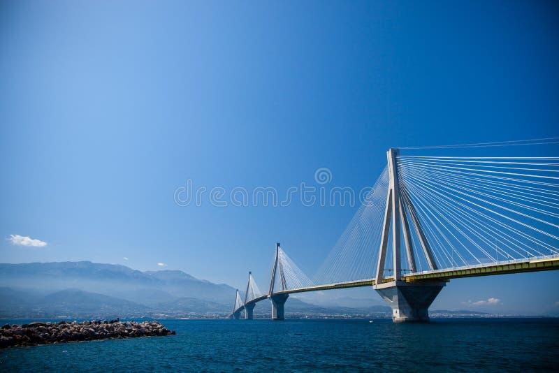 Il panorama del ponte di Rio-Antirrio un giorno soleggiato immagine stock