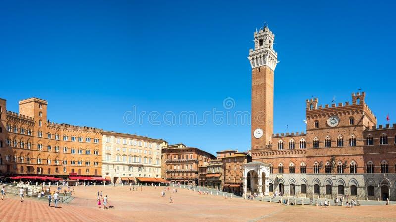 Il panorama del quadrato di Piazza del Campo Campo, Palazzo Publico e Torre del Mangia Mangia si elevano a Siena, Toscana Italia immagine stock