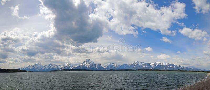 Il panorama del supporto Moran e grande Teton alza nell'ambito dei cumuli a Jackson Lake nel grande parco nazionale di Teton nel  fotografia stock libera da diritti