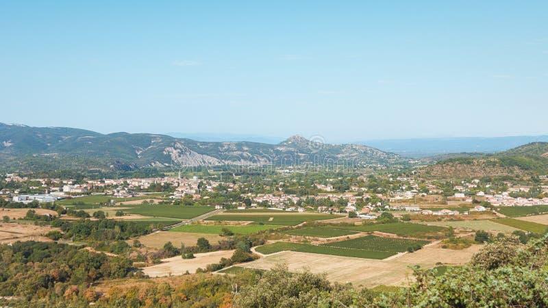 Il panorama dell'arco del ` di Vallon Pont d del villaggio e il Ardèche montano immagine stock