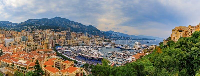 Il panorama di Monte Carlo con gli yacht di lusso e grande fa una pausa in porto per la corsa di Grand Prix F1 nel Monaco, Cote d immagine stock