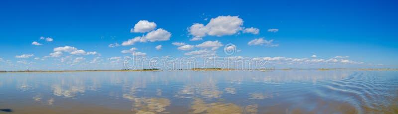 Il panorama di orizzonte in zona umida immagine stock