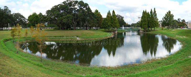 Il panorama di piccolo stagno (lago) nell'università di Florida del sud immagini stock