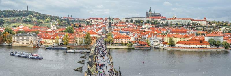 Il panorama di vista superiore di Charles Bridge antico attraversa il fiume della Moldava a Praga fotografia stock libera da diritti