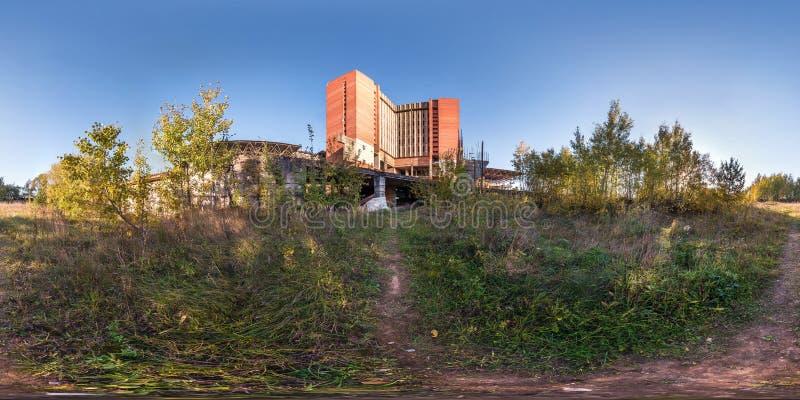 Il panorama senza cuciture sferico completo 360 gradi di vista di angolo vicino alle strutture in cemento armato ha abbandonato l fotografie stock