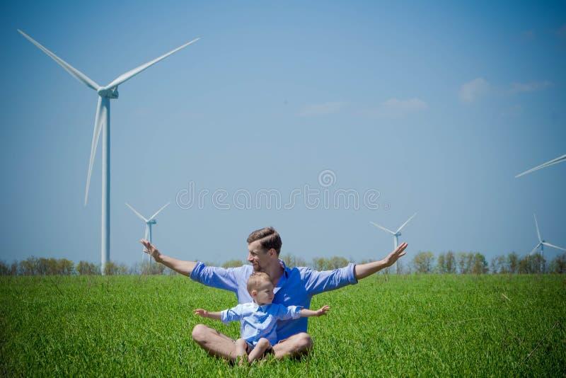 Il papà dice il suo giovane figlio circa i generatori eolici immagine stock libera da diritti