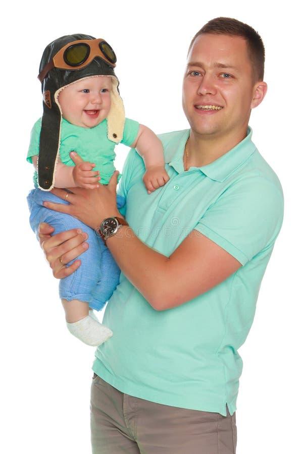 Il papà sta tenendo un bambino fotografia stock libera da diritti