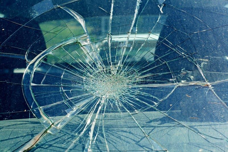 Il parabrezza rotto nell'incidente stradale immagini stock