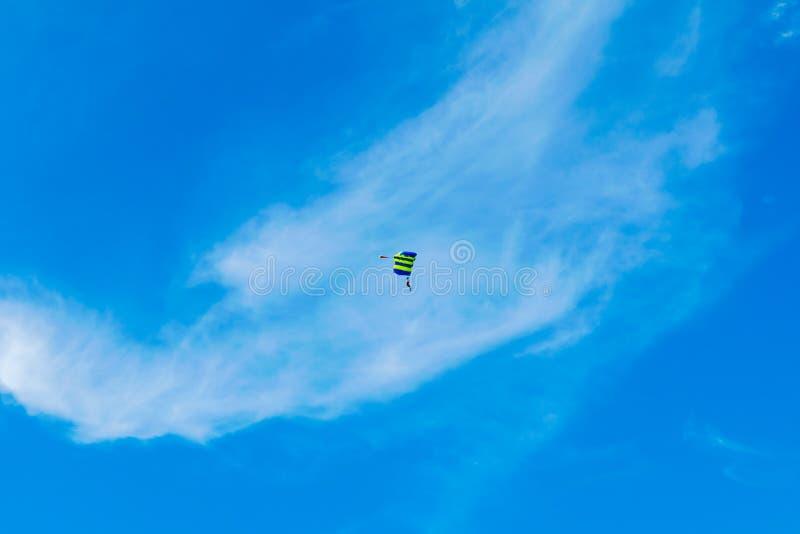Il paracadutista vola sotto la protezione del paracadute immagini stock
