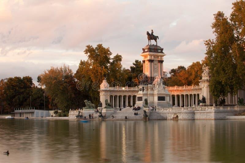 Il parco di Buen Retiro è il più grande parco a Madrid un giorno di estate soleggiato fotografia stock