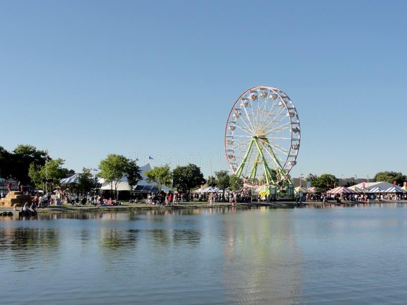 Il parco divertimenti e la ruota panoramica attraversano lo stagno alla fiera di Marin fotografie stock libere da diritti