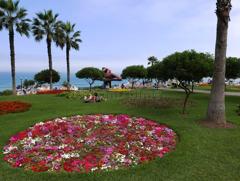 Il parco e il ` di amore la statua del ` di bacio un giorno soleggiato nel distretto di Miraflores della capitale peruviana fotografia stock