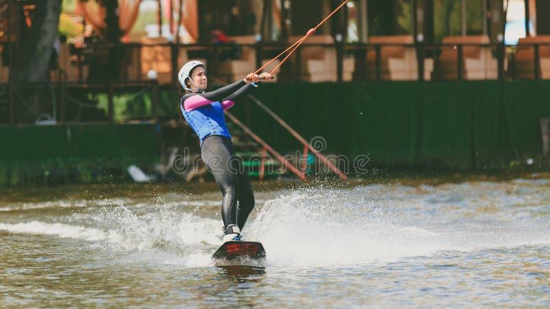 Il parco estremo, Kiev, Ucraina, 07 può 2017 - una ragazza, abituata per guidare Wakeboarding Foto di elaborazione del grano immagine stock libera da diritti