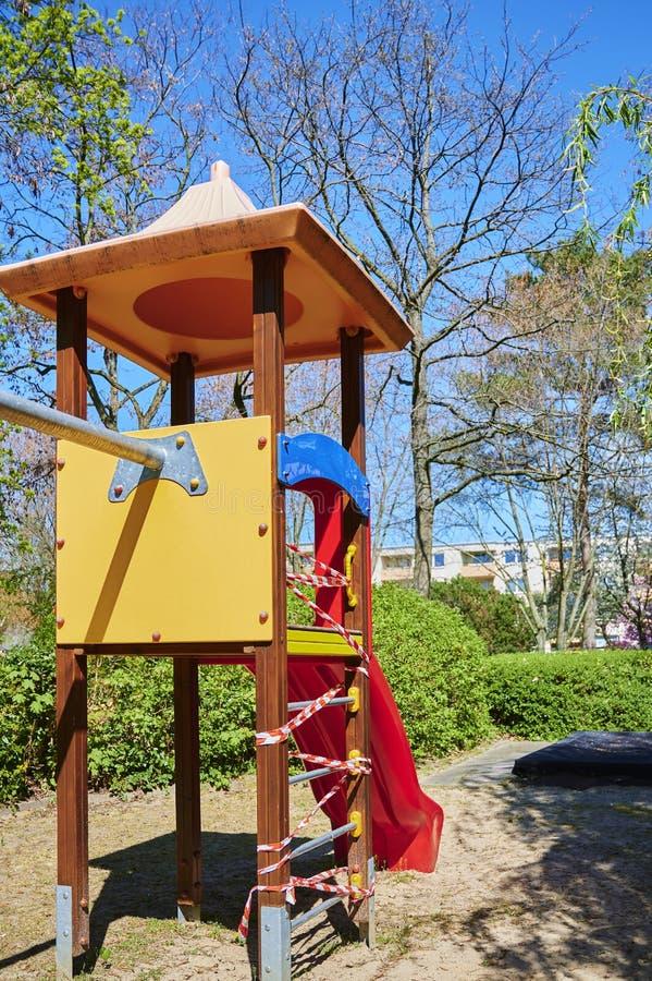 Il parco giochi per bambini a Berlino, in Germania, chiuso a causa del virus Covid-19 immagine stock libera da diritti