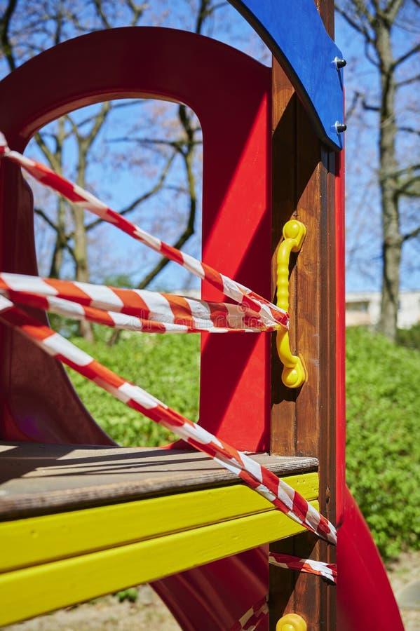 Il parco giochi per bambini a Berlino, in Germania, chiuso a causa del virus Covid-19 fotografia stock