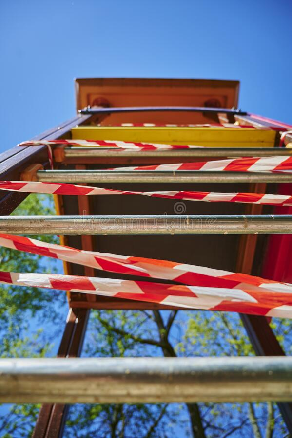 Il parco giochi per bambini a Berlino, in Germania, chiuso a causa del virus Covid-19 fotografie stock