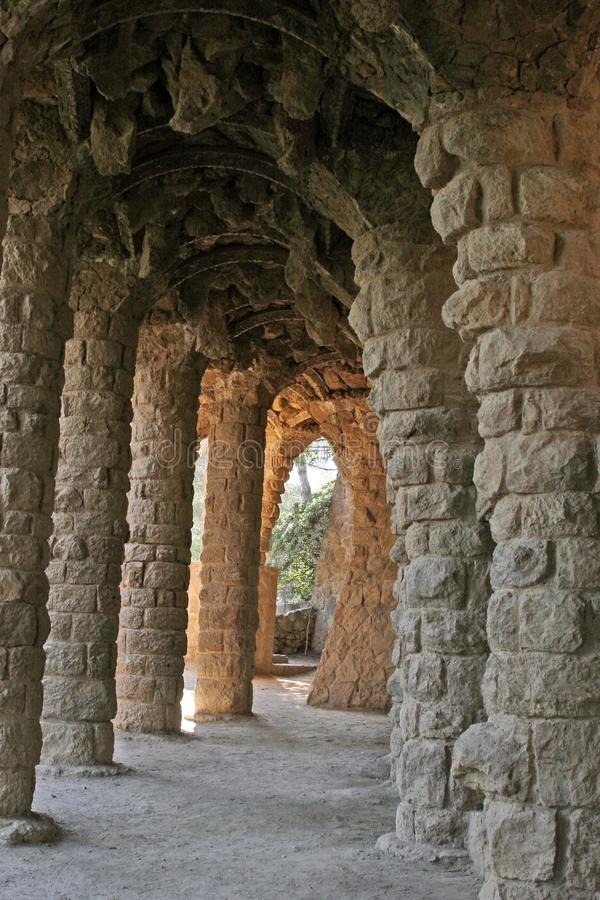 Il parco Guell nella pietra unhewn di Barcellona sostiene del portico del washerwoman Parc Guell progettato da Antoni Gaudi, Barc fotografia stock libera da diritti