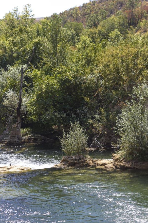 Il parco naturale che circonda le cascate di Kravica fotografia stock libera da diritti