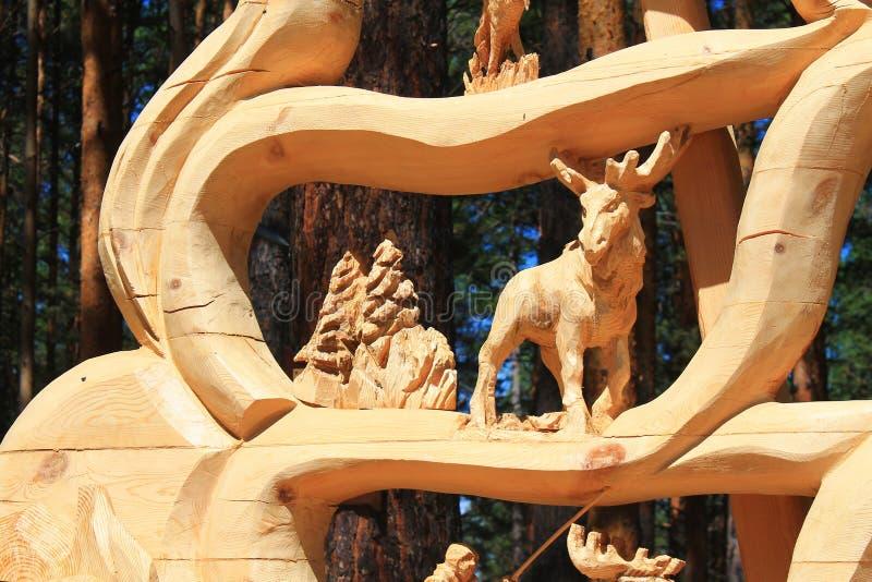 Il parco un giorno luminoso sul ciottolo vicino all'albero si trova la figura di un cervo fotografie stock libere da diritti