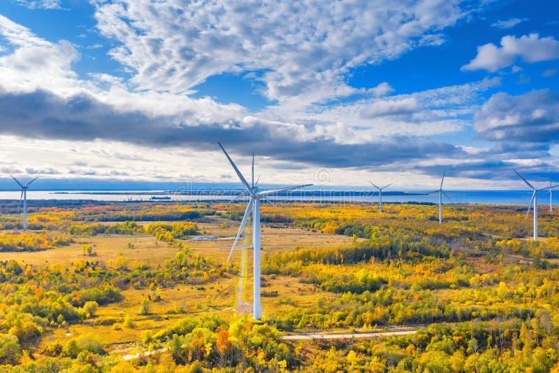 Il parco Windmills di Paldiski Impianto di turbina eolica vicino al Mar Baltico Paesaggio d'autunno con mulini a vento, foresta a fotografie stock