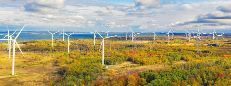 Il parco Windmills di Paldiski Impianto di turbina eolica vicino al Mar Baltico Paesaggio d'autunno con mulini a vento, foresta a immagini stock