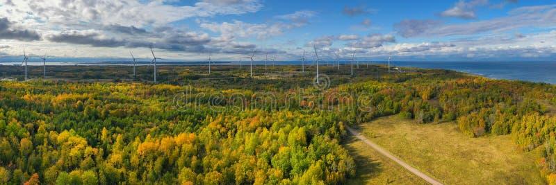 Il parco Windmills di Paldiski Panorama Impianto di turbina eolica vicino al Mar Baltico Paesaggio d'autunno con mulini a vento,  immagini stock libere da diritti