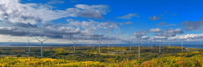 Il parco Windmills di Paldiski Panorama Impianto di turbina eolica vicino al Mar Baltico Paesaggio d'autunno con mulini a vento,  fotografia stock libera da diritti