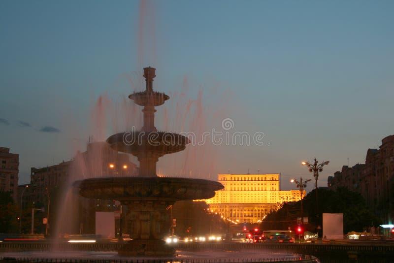 Il Parlamento alloggia entro la notte, Bucarest, Romani fotografie stock