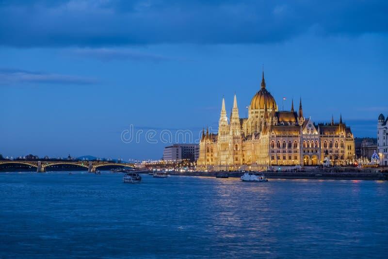 Il Parlamento a Budapest al crepuscolo immagine stock