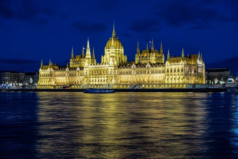 Il Parlamento a Budapest durante la notte immagine stock libera da diritti
