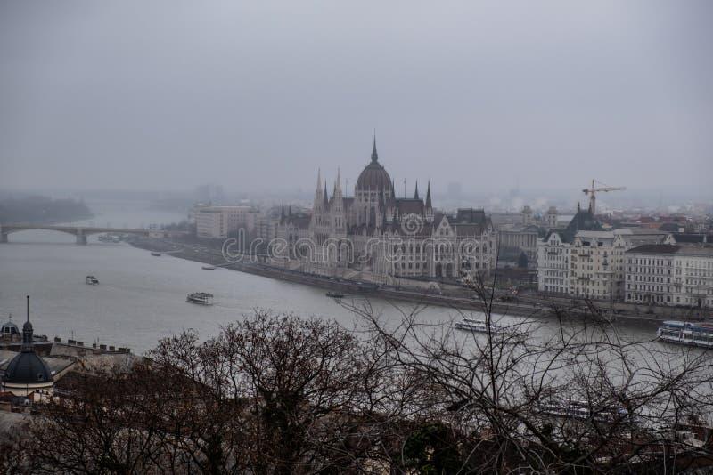 Il Parlamento a Budapest in un giorno di inverno nebbioso fotografia stock libera da diritti