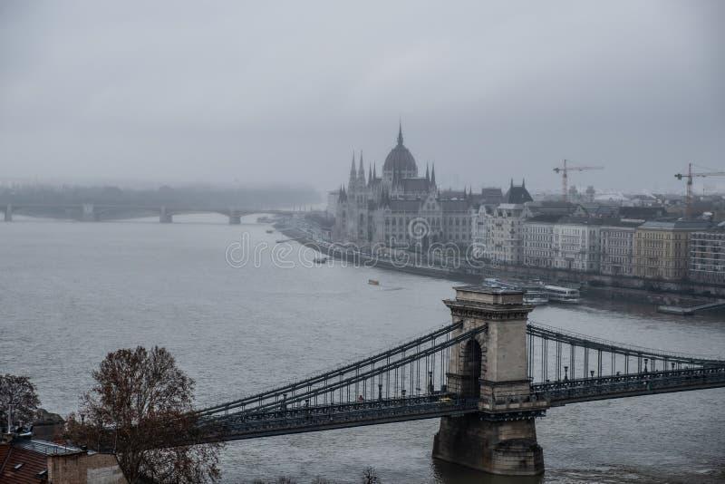 Il Parlamento a Budapest in un giorno di inverno nebbioso fotografie stock libere da diritti